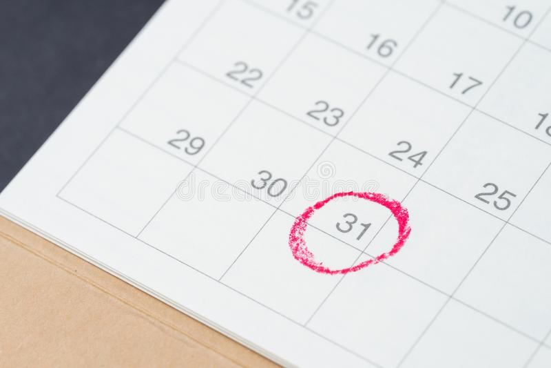 Calendario da tavolino con il cerchio rosso all'ultima data importante di giorno, di rassegnazione 31, conclusione del mese, rico fotografia stock