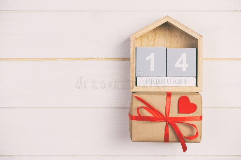 Calendario del cubo con la caja roja en haber entonado de madera, tabla del corazón y de regalo del vintage con el espacio de la  imagen de archivo libre de regalías