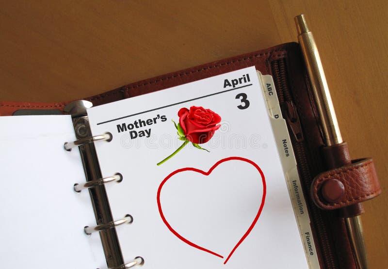 Calendario del día de madre con un corazón foto de archivo