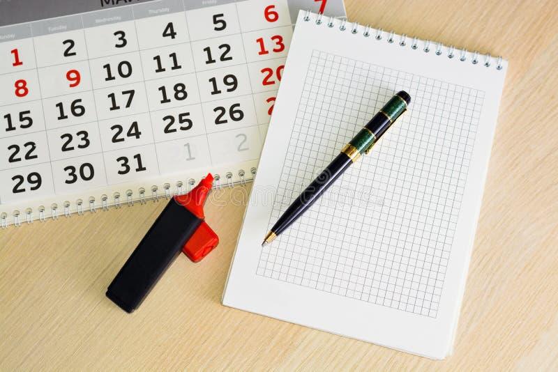 Calendario del primer el planeamiento del concepto, cuenta los días, gestión de tiempo imagenes de archivo