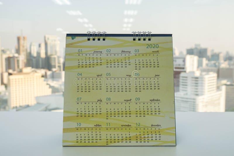 Calendario dello scrittorio 2020 sulla tavola dell'ufficio fotografia stock libera da diritti