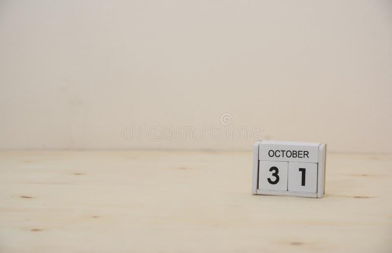 Calendario di legno del cubo su legno fotografie stock libere da diritti