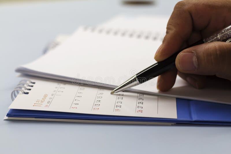 Calendario di pianificazione sulla scrivania fotografia stock libera da diritti