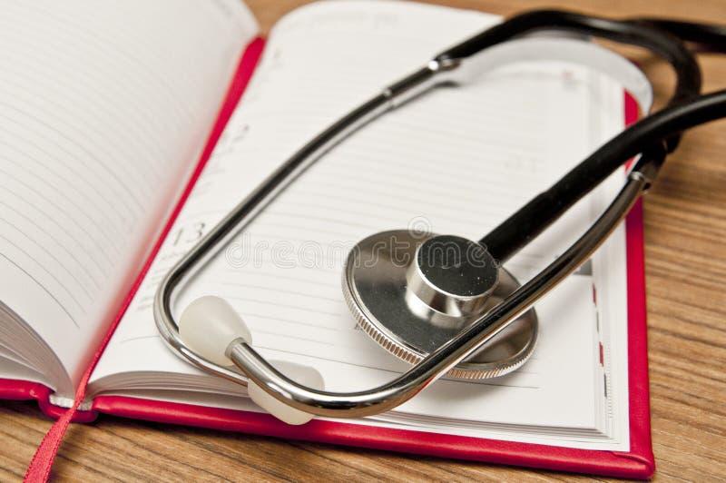 Calendario e stetoscopio - prenotare un appuntamento medico immagini stock libere da diritti