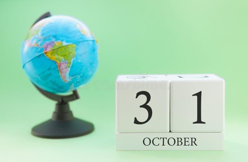 Calendario fatto di legno su un fondo verde chiaro, giorno 31 del mese ottobre, giorno di autunno trentunesimo fotografie stock libere da diritti