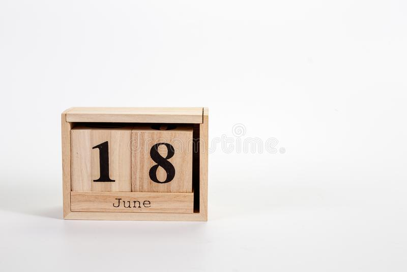 Calendario 18 giugno di legno su un fondo bianco fotografia stock libera da diritti