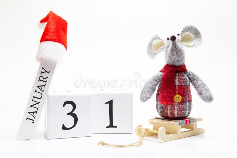 Calendario in legno con numero di gennaio 31 Buon anno! Simbolo del nuovo anno 2020 - ratto bianco o argento metallico decorato p fotografia stock libera da diritti