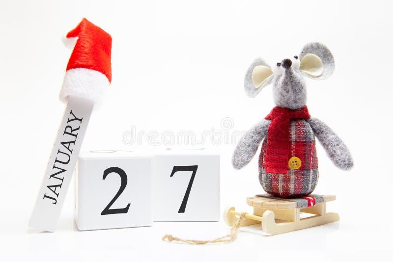 Calendario in legno con numero gennaio 27 Buon anno! Simbolo del nuovo anno 2020 - ratto bianco o argento metallico decorato per  immagine stock