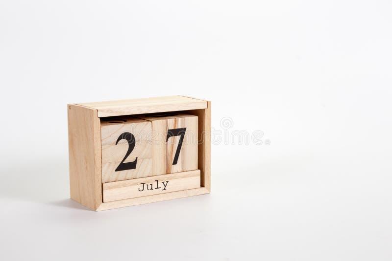 Calendario 27 luglio di legno su un fondo bianco fotografia stock libera da diritti