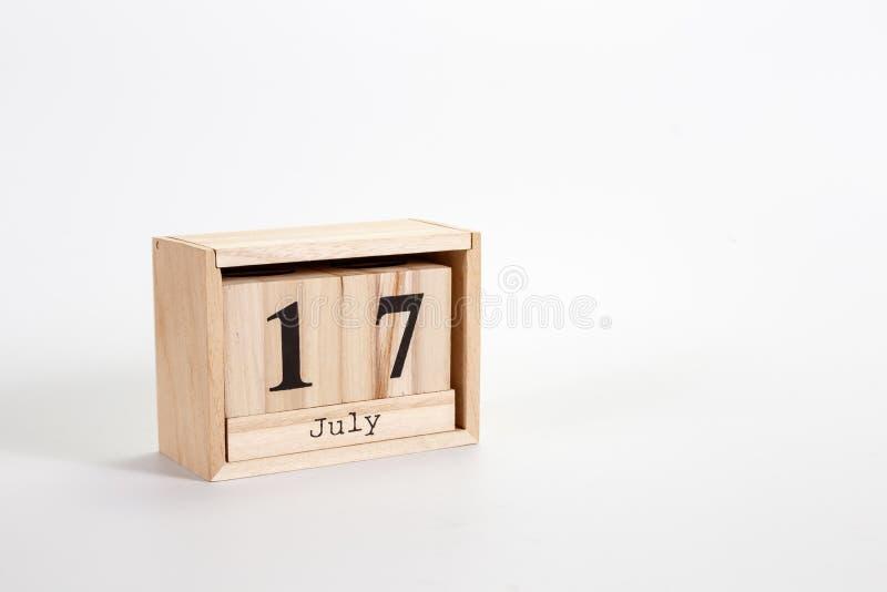 Calendario 17 luglio di legno su un fondo bianco immagine stock libera da diritti