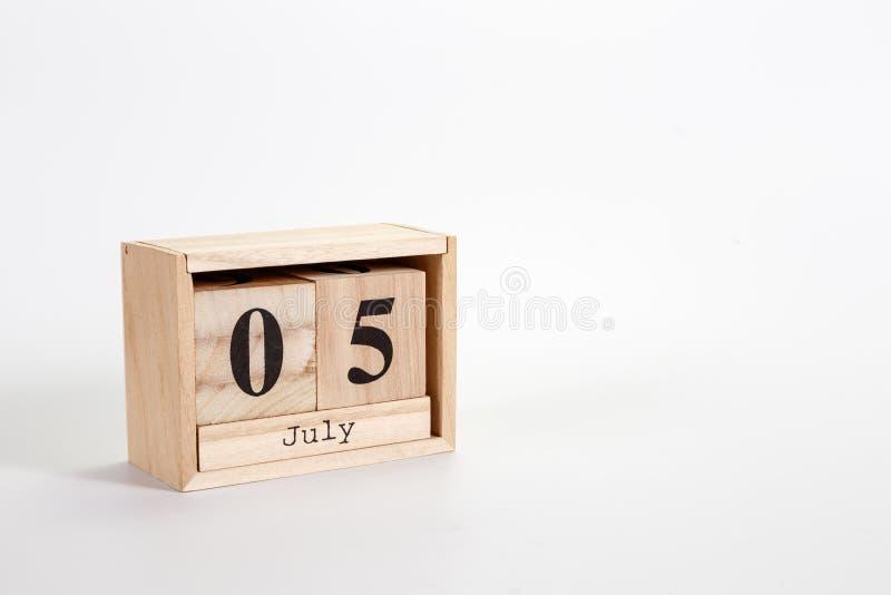 Calendario 5 luglio di legno su un fondo bianco fotografia stock libera da diritti