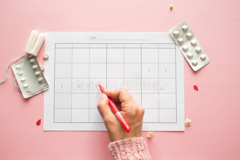 Calendario para el mes y la marca del ciclo menstrual PMS y el concepto cr?tico de los d?as imagen de archivo libre de regalías