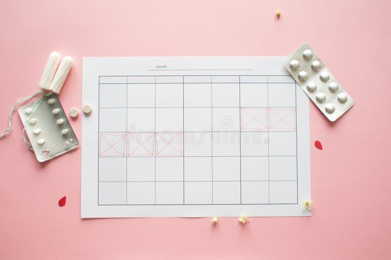 Calendario para el mes y la marca del ciclo menstrual PMS y el concepto cr?tico de los d?as foto de archivo libre de regalías