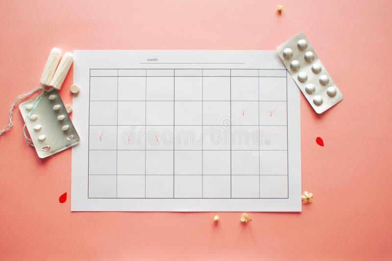 Calendario para el mes y la marca del ciclo menstrual PMS y el concepto cr?tico de los d?as imágenes de archivo libres de regalías