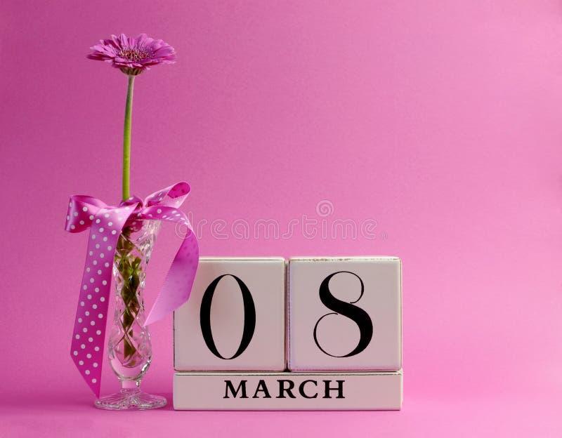 Calendario rosa di tema per il giorno delle donne internazionali, 8 marzo - con lo spazio della copia. immagine stock