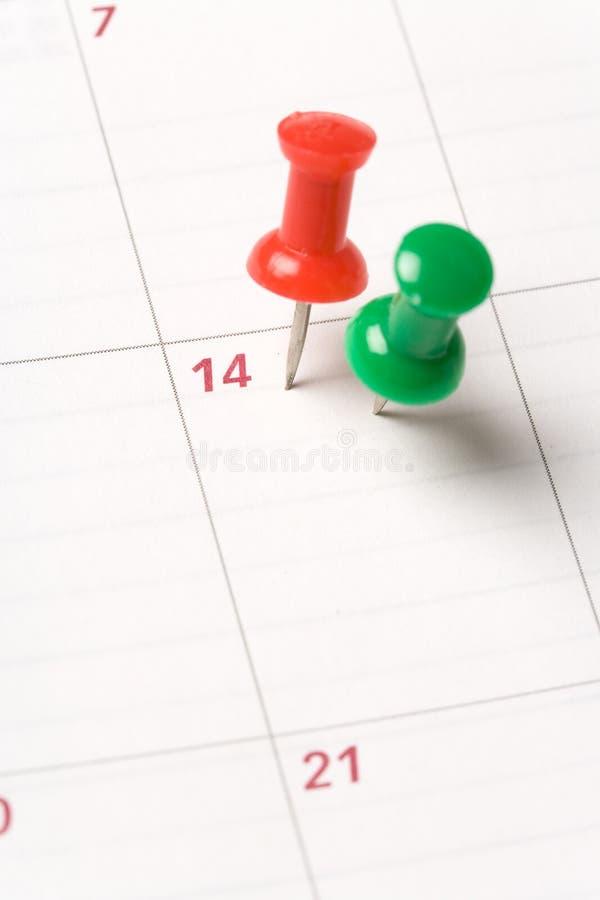 Calendario y chincheta fotos de archivo