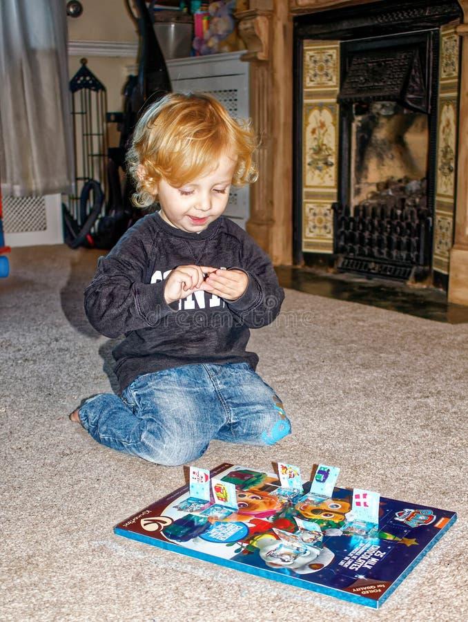 Calendrier d'avènement d'ouverture d'enfant en bas âge images stock