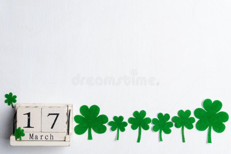 Calendrier de bloc pour le jour de St Patrick, le 17 mars, avec la feuille verte de trèfle, l'eau verte et l'étiquette de papier  photos stock