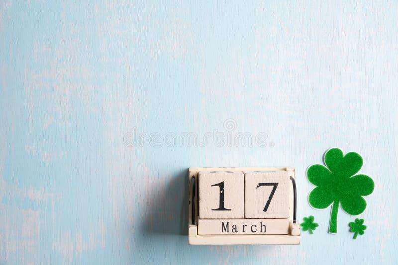 Calendrier de bloc pour le jour de St Patrick, le 17 mars, avec la feuille verte de trèfle, l'eau verte et l'étiquette de papier  images libres de droits