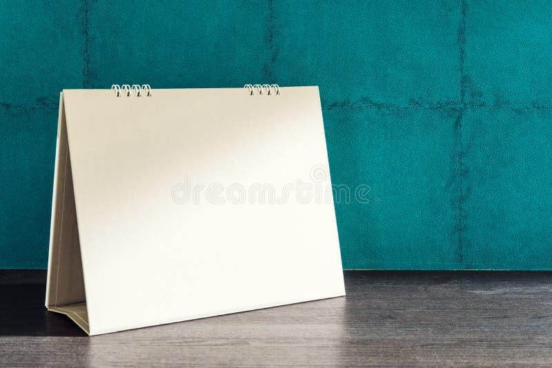 Calendrier de bureau vide sur le fond vert de mur photographie stock libre de droits