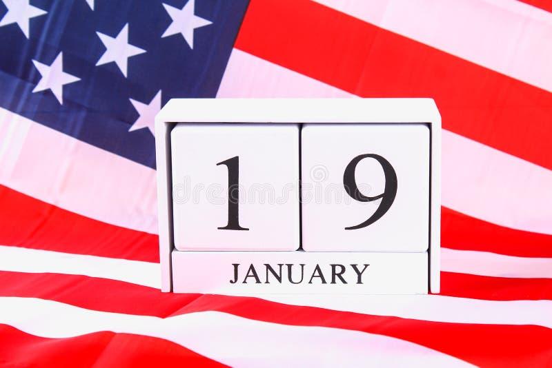 Calendrier en bois avec la date du 19 janvier sur le drapeau américain Anniversaire Robert Edward Lee photo stock