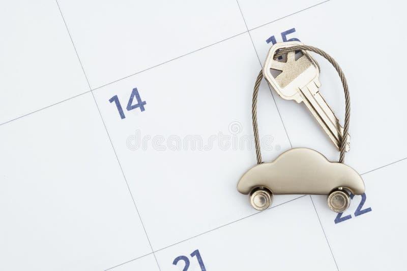 Calendrier mensuel avec des clés de voiture photographie stock