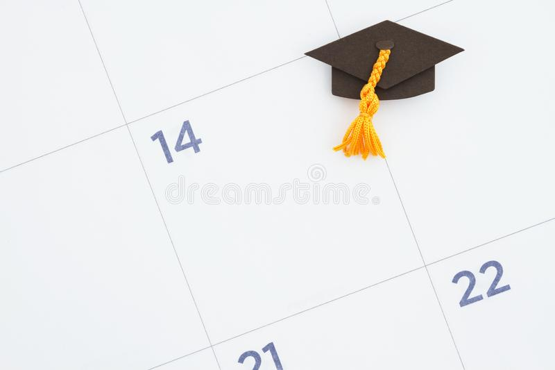 Calendrier mensuel avec un chapeau de diplômé images stock