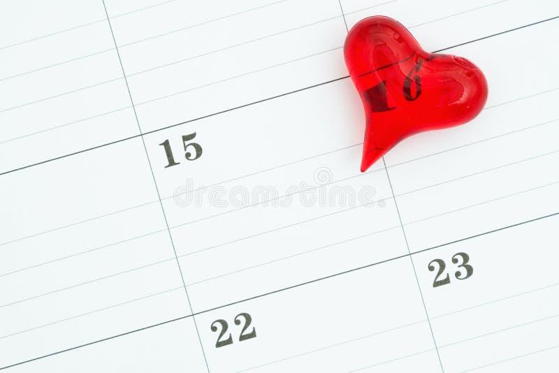 Calendrier mensuel avec un coeur rouge photographie stock libre de droits