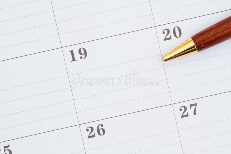 Calendrier mensuel avec un stylo image stock