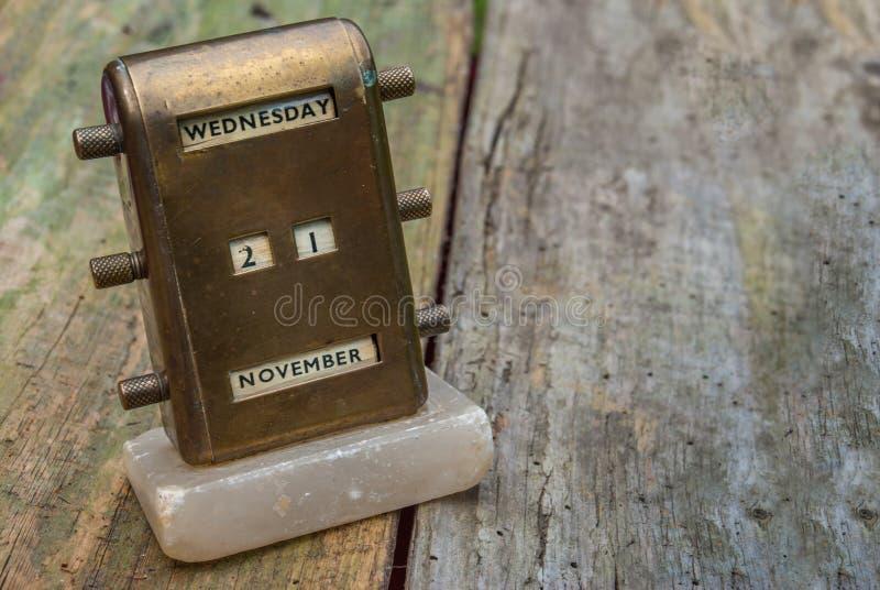 Calendrier perpétuel de bureau en laiton antique photo stock