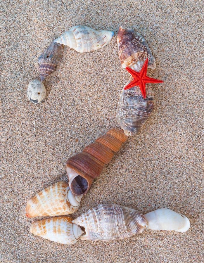 Calendrier sur le sable Ann?e 2020 Coquillages formant l'inscription 2 sur le concept d'année à sable jaune et nouvelle image stock