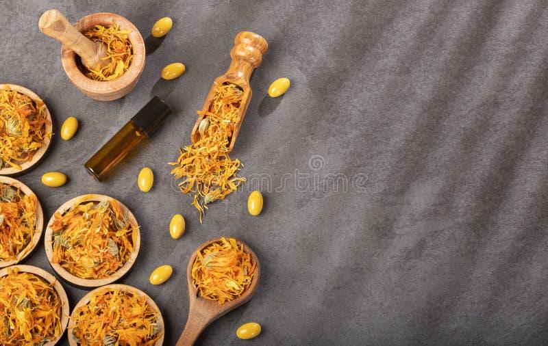 Calendula alternatieve geneeskunde Etherische olie en pillen - Calendula-officinalis Hoogste mening stock foto