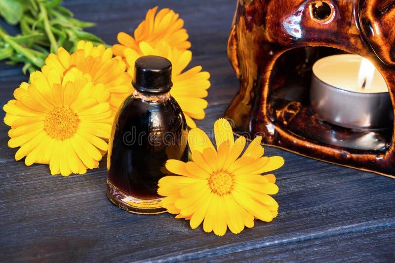 Calendula olej w szklanej butelce zdjęcia stock