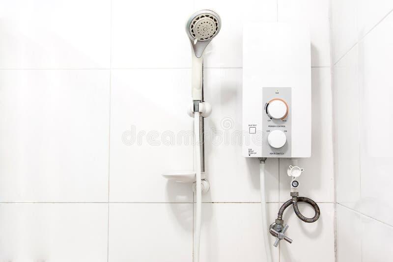Calentador y ducha de agua imágenes de archivo libres de regalías