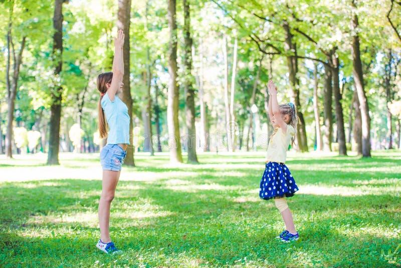 Calentamiento de las muchachas en parque foto de archivo