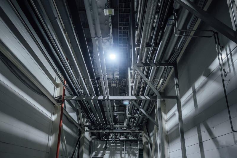 Calentando o tubos de agua de enfriamiento en techo del edificio industrial o de oficinas imagenes de archivo