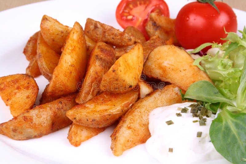 Cales cuites au four de pomme de terre avec le tzatziki image stock