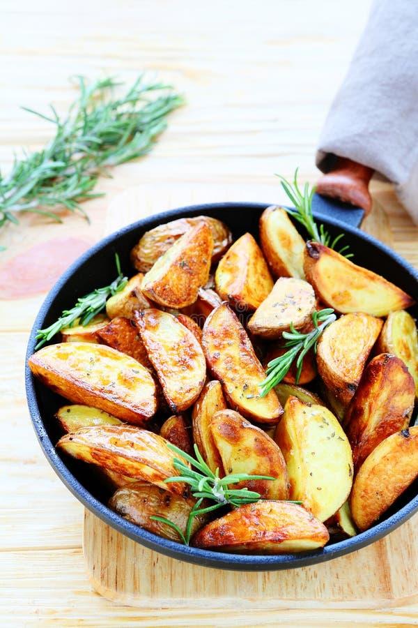 Cales d'or de pomme de terre avec le romarin photographie stock