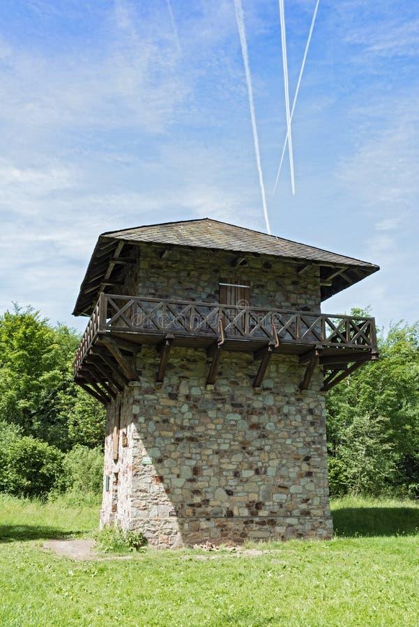 Cales y atalaya romanas reconstruidas cerca del castillo anterior Zugmantel fotografía de archivo