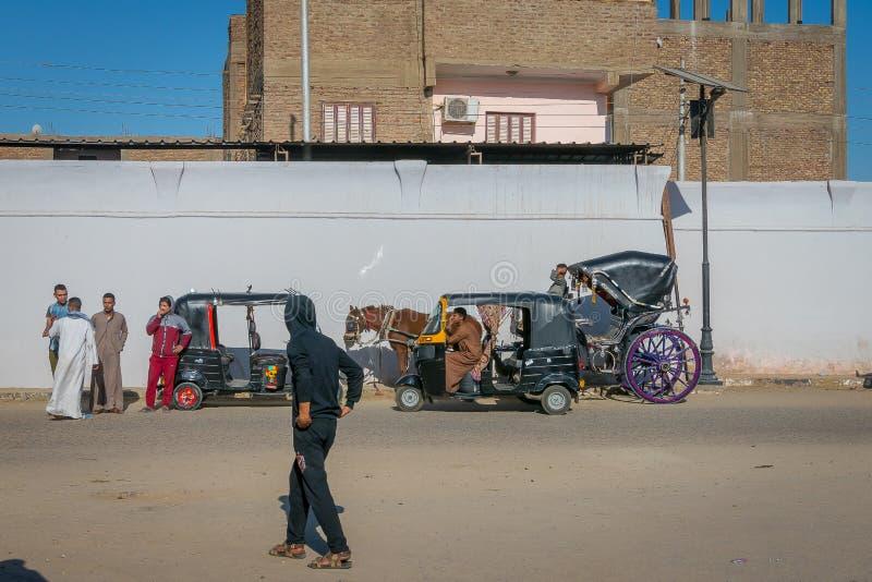 Calesa i tuc tuc, mototaxi przy wejściem świątynia Edfu Egipt Kwiecie? 2019 obraz stock