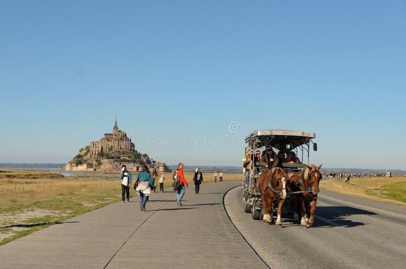 Calesa transportant des touristes à Mont Saint Michel en octobre 2018 france photos libres de droits