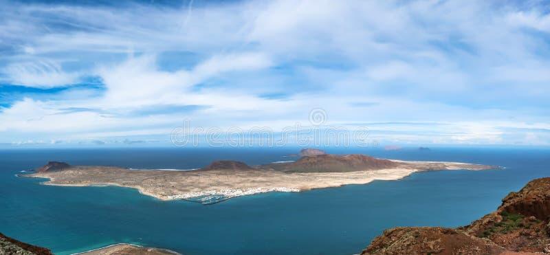 Caleta del Sebo, ilha de vulcão vista de um ponto de vista fotografia de stock royalty free