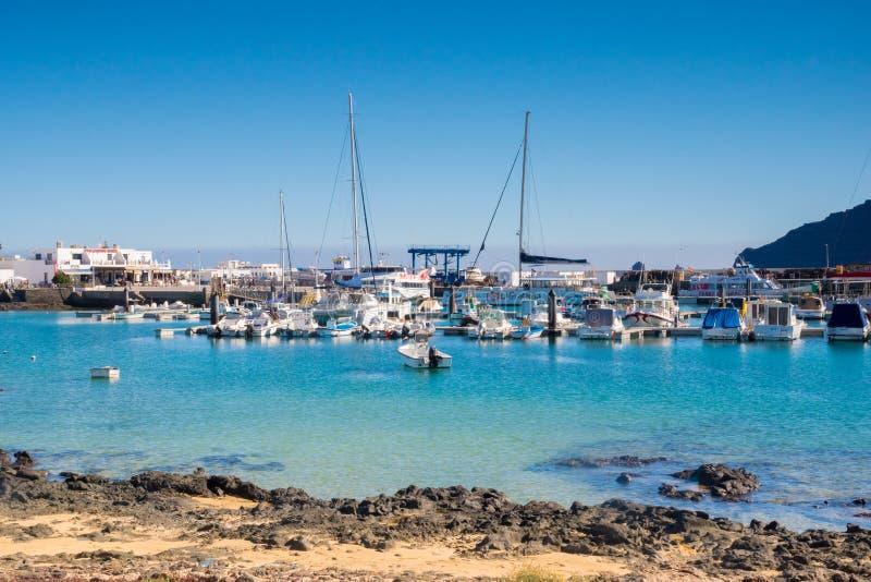 Caleta del Sebo, La Graciosa, Spagna - 02 14 2019: bella visualizzazione su porta nell'isola di Graciosa della La, paradiso vero fotografia stock