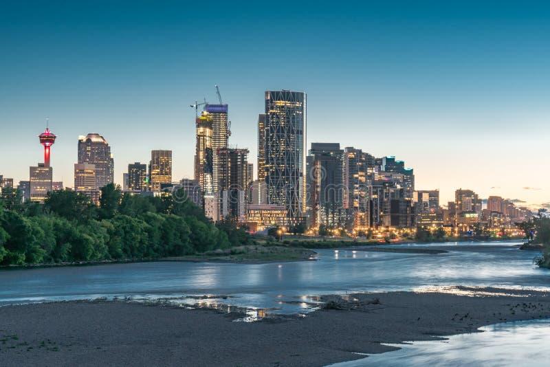 Calgary, Alberta miasto linia horyzontu przy nocą fotografia royalty free