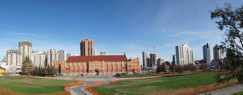 Calgary centrum Panaorama med horisont i bakgrund royaltyfria foton