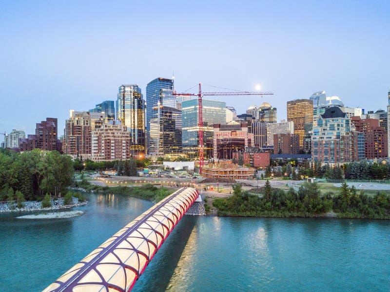 Calgary de stad in met iluminated Vredesbrug, Alberta, Canada stock afbeeldingen