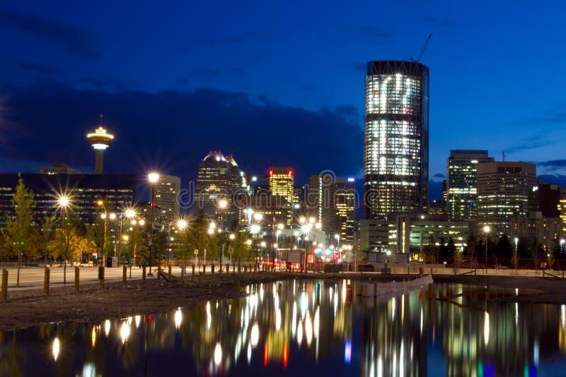 Calgary en la noche, Canadá fotografía de archivo
