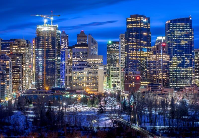 Calgary horisont på natten med pilbågefloden royaltyfri fotografi