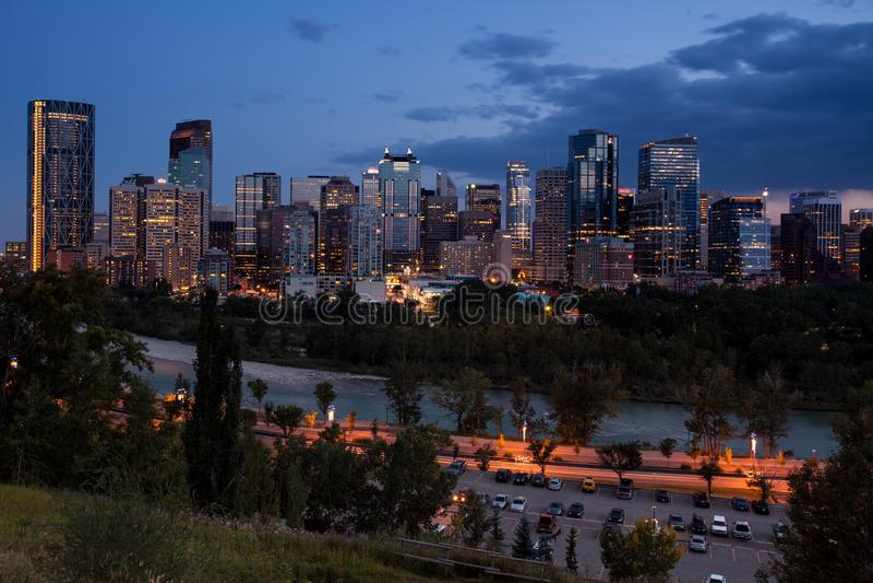 Calgary i stadens centrum horisont på natten över floden i Alberta, Kanada royaltyfri bild