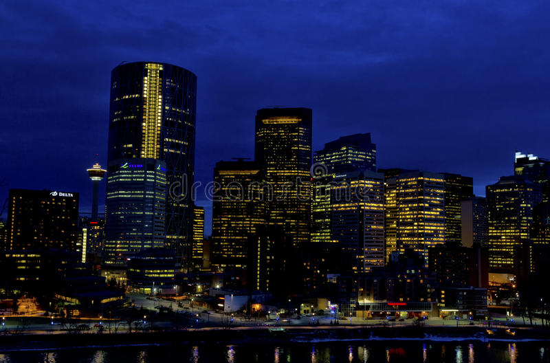 Calgary na noite fotografia de stock royalty free